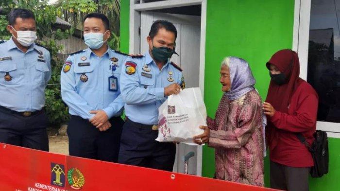 Pegawai Lapas Pangkalpinang Sisihkan Gaji, Bagikan Paket Sembako ke Masyarakat Terdampak Covid-19