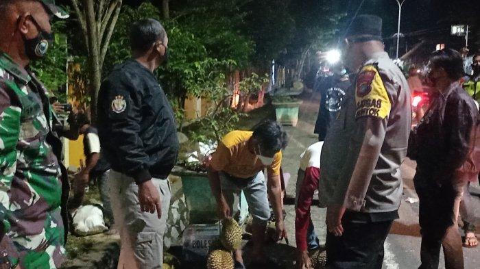 Kapolres Bangka Barat Borong Durian Pedagang, Strategi Tertibkan Jam Malam PPKM Level 4