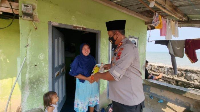 Bantu Warga Terdampak PPKM Level 4, Polres Bangka Barat Bagikan 3.000 Karung Beras