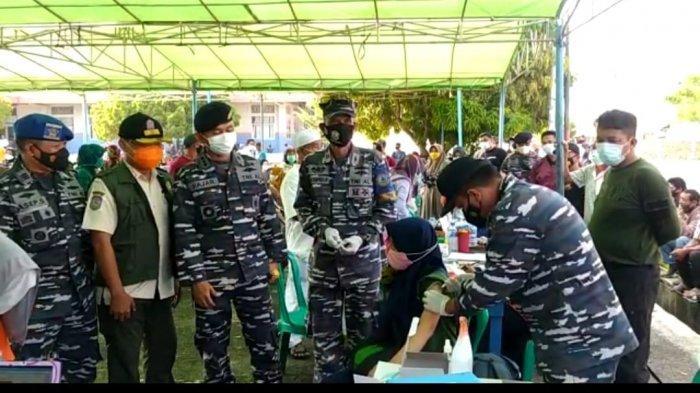 Dalam kunjungan perdana di Posal Muntok pada kegiatan vaksinasi kedua di pelabuhan Tanjung Kalian Muntok Danlanal Babel Kolonel (P) Fajar Hernawan (30/07).