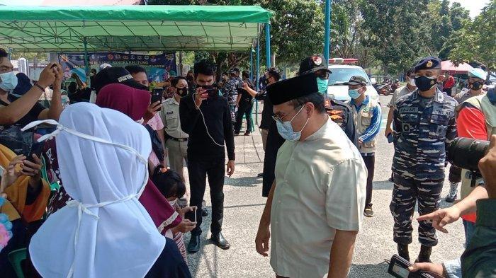 Dalam kegiatan vaksinasi kedua di pelabuhan Tanjung Kalian, Gubernur Prov. Kep Babel dan Forkopimda meninjau langsung dan sekaligus bertatap muka dengan salah satu peserta vaksin yang berdomisili di sekitar pelabuhan (30/07).