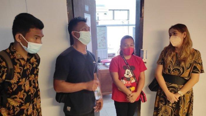 Rafael (kiri) bersama keluarganya saat mendatangi Mapolda Sulawesi Utara, Jumat (30/7/2021)