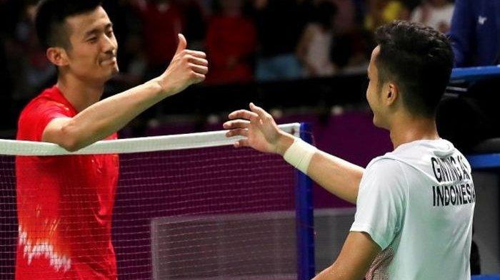 Pebulu tangkis China, Chen Long (kiri) bersalaman dengan Anthony Sinisuka Ginting pada Asian Games 2018 silam