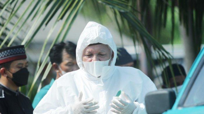 Bupati Bangka Barat Rela Tahan Panas Kenakan APD Demi Pimpin Salat Pemakaman Jenazah Covid-19