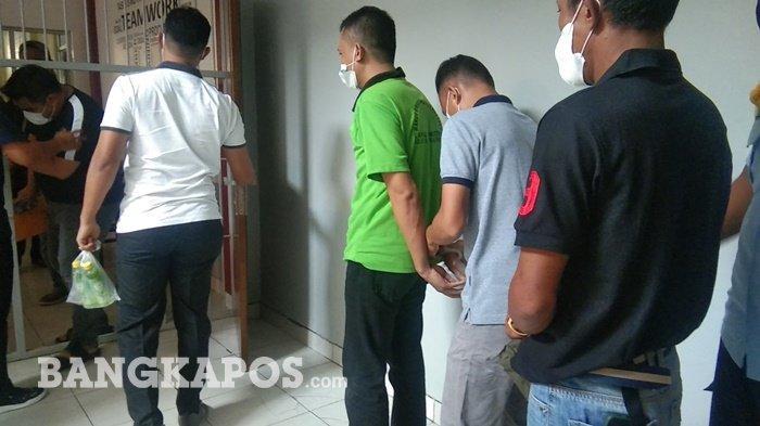 Napi Ashadi alias Hadi yang diduga mengendalikan peredaran gelap naroktika antar pulau saat diborgol oleh petugas di Lapas Narkotika Kelas II A Pangkalpinang, Minggu (1/8/2021