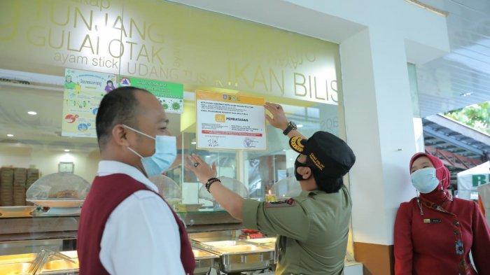 Tim Gabungan Pemprov Babel Tempel Stiker Jam Operasional Restoran, Tempat Hiburan dan Hotel