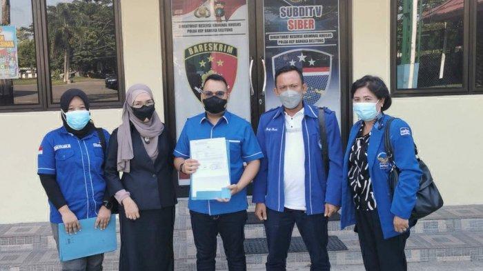 Kader dan pengurus DPD Partai Demokrat Babel saat melaporkan akun Facebook Budi Arie ke Polda Babel, Senin (2/8/2021).