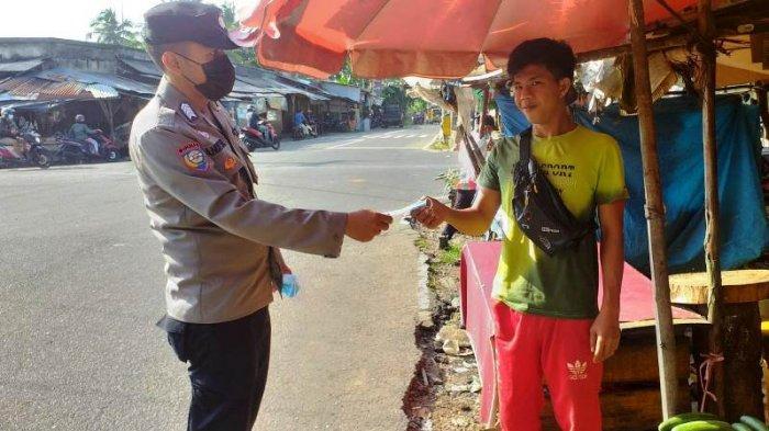 Jajaran Polres Pangkalpinang Gencar Ingatkan Warga Taat Prokes dan Bagikan Masker ke Pedagang Pasar