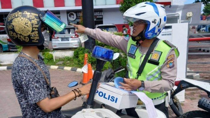 Pengendara motor ditilang Polisi Lalulintas (Polantas) Polres Pangkalpinang, di Jalan Raya Kota Pangkalpinang, Selasa (3/8/2021).