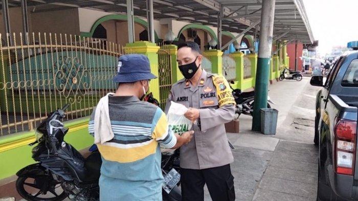 Kapolsek Gerungang Patroli, Berikan Paket Sembako Kepada Pedagang Keliling