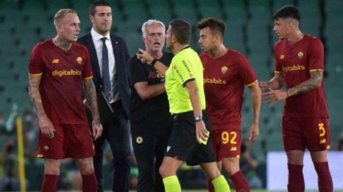 Tak Terima Keputusan Wasit, Mourinho Marah-marah Masuk Lapangan Akibatnya Kena Kartu Merah