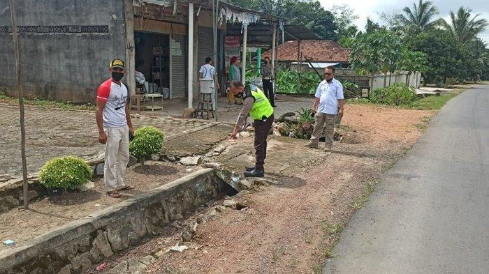 Anggota Unit Laka Satlantas Polres Bangka melakuan olah TKP laka tunggal di Desa Kemuja Senin (9/8/2021).