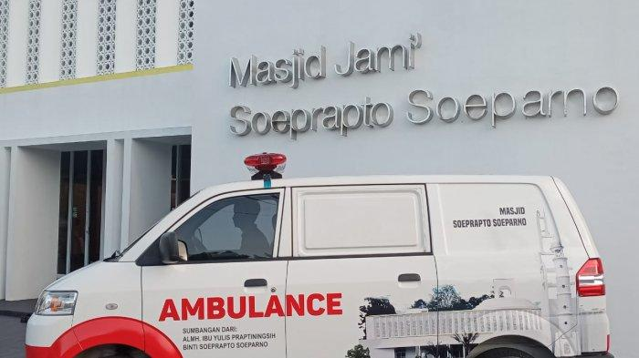 Ambulance - Kepala Cabang (Kacab) JNE Pangkalpinang Asbullah, kepada pengurus Masjid Eri Rosman Djohan dan ketua Masjid H Abdul Muttolib, Selasa (10/8/2021) petang kemarin