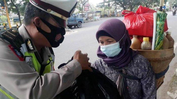 Status Naik ke PPKM 4, Satlantas Polres Bangka Kembali Salurkan Paket Sembako