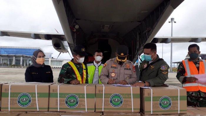 Saat petugas BPBD bersama rekan lainnya memindahkan 50 Konsentrator Oksigen ke luar pesawat, Jumat (13/8/2021) di Bandara Depati Amir.