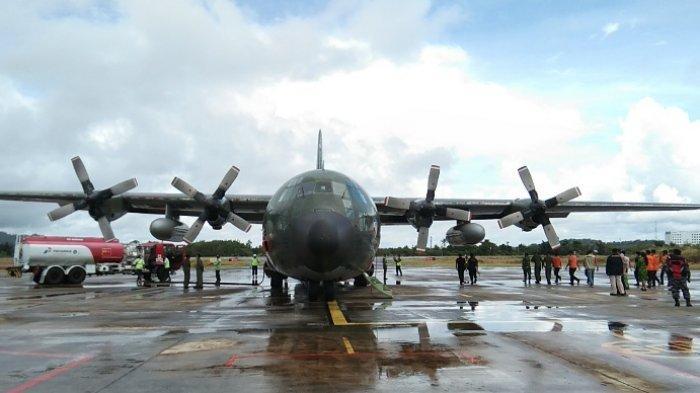 Pesawat Hercules A-1319 milik TNI AU saat parkir di pelataran Bandara Depati Amir, Pangkalpinang.