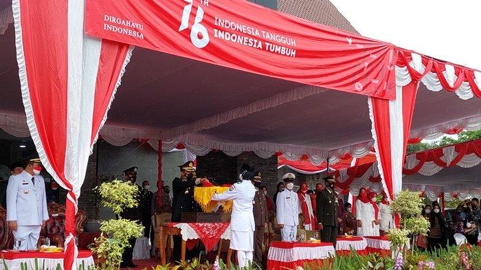 Meski Gerimis, Upacara Penurunan Bendera Merah Putih Berlangsung Sukses