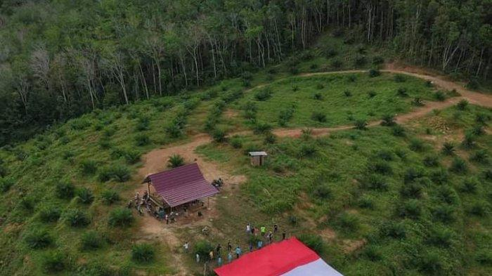 Cv Sumber Jadi Bersama Pemuda Desa Teru Sukses Kibarkan Bendera Merah Putih Besar di Bukit Licin