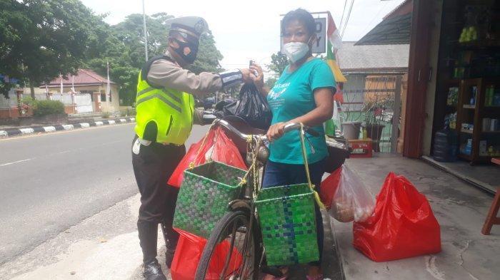 Polantas Cari Pedagang Kecil, Beri Bantuan Sembako