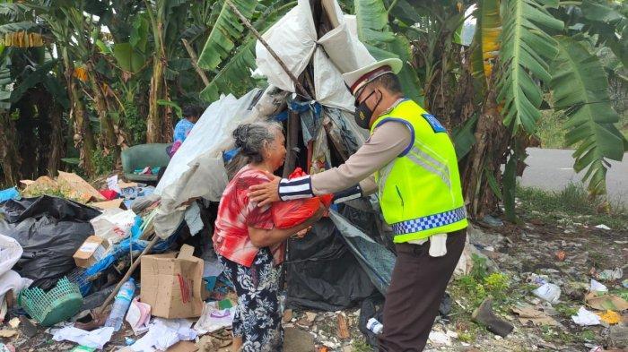 Nek Siti Aminah Kaget Saat Polisi Datangi Gubuknya, Mata Pemulung Ini Berkaca-kaca Menahan Tangis