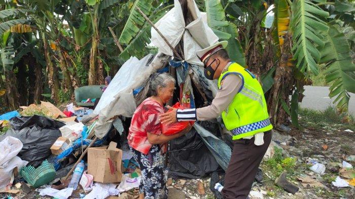 Sambangi Warga Terdampak Covid-19, Satlantas Polres Bangka Bagi Paket Sembako