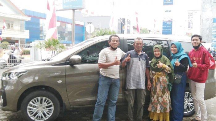 Pimpinan Kantor Cabang BRI Pangkalpinang, Ferdian Handoko saat menyerahkan satu unit mobil Suzuki Ertiga kepada Susi Dewi Yanti pemenang grand prize panen hadiah Simpedes di kantor BRI Pangkalpinang, Rabu (25/8).