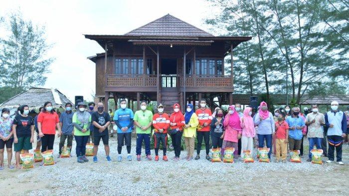 Bupati Bangka memberikan bantuan kepada warga yang membutuhkan di wilayah kampung reklamasi Air Jangkang Dusun Sinar Rembulan Desa Riding Panjang Kecamatan Merawang,Sabtu (28/8/2021)