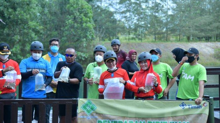 Penebaran bibit ikan di Kampung Reklamasi Air Jangkang,Sabtu (28/08/2021).