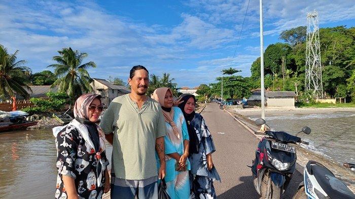 Neli, warga Kelurahan Tanjung Ketapang bersama rekannya saat berfoto bersama Bucek Deep di Pelabuhan Boom Pendek Toboali pada Senin (30/8/2021) sore