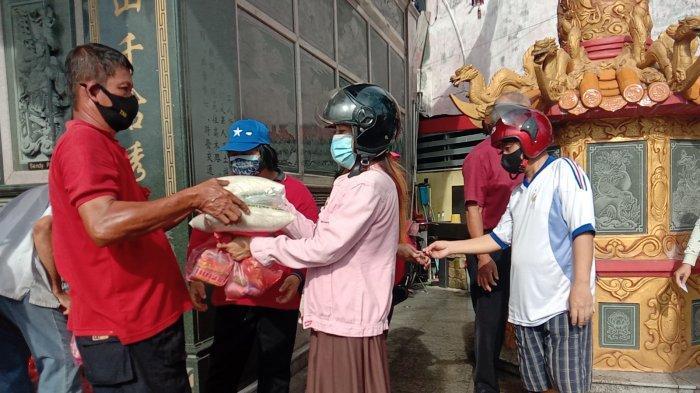 Salurkan 2.300 Paket Sembako ke Masyarakat Kurang Mampu dalam Rangka Sembahyang Rebut