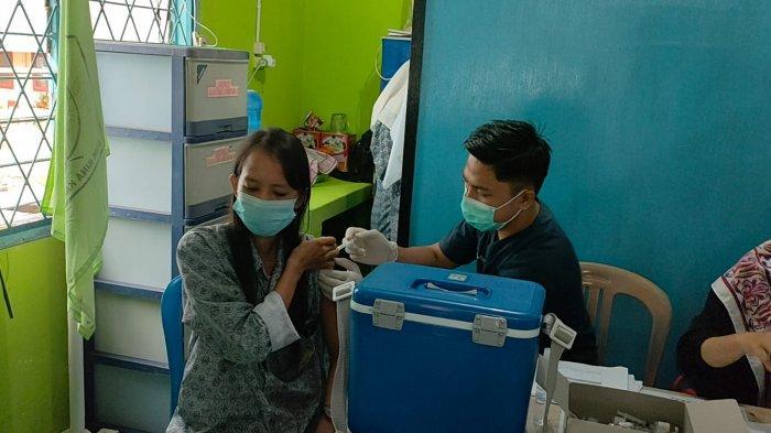Kapolres Bangka Barat AKBP Agus Siswanto, tinjau penyaluran vaksinasi kepada siswa-siswinya di SMK Bina Karya 2 Muntok, Bangka Barat, Rabu (1/9/2021).