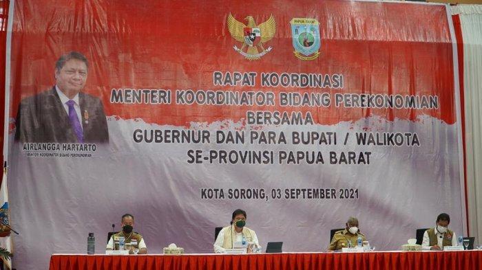 Menteri Koordinator Bidang Perekonomian Airlangga Hartarto dalam Rapat Koordinasi dengan Kepala Daerah dan Forkopimda Provinsi Papua Barat, Jumat (3/9).