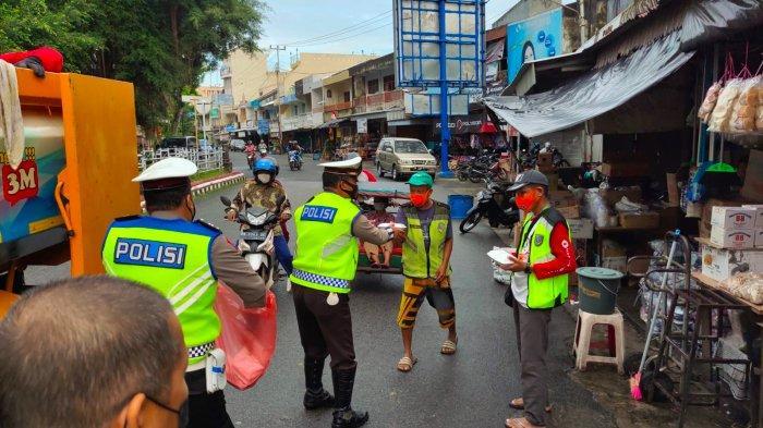 Polantas Polres Bangka Hentikan Truk Pasukan Kuning, Petugas Sampah Kaget Karena Diberi Nasi Kotak