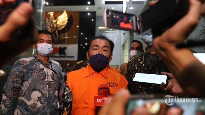 Bupati Kabupaten Banjarnegara (2017-2022) Budhi Sarwono dan eks Ketua Tim Sukses dari BS pada Pilkada sekaligus Makelar Kedy Afandi, ditetapkan sebagai tersangka dan langsung ditahan usai menjalani pemeriksaan, di Gedung KPK Merah Putih., Jakarta Selatan, Jumat (3/9/2021).
