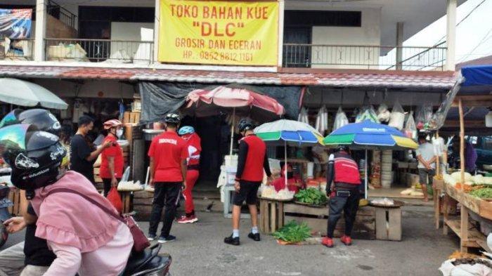 Bupati Bangka Mulkan dan Wakil Bupati Bangka Syahbudin dan rombongan membagikan masker kepada masyarakat di Pasar Kite Sungailiat.