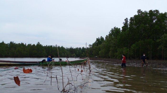 Aparat Desa Tuik, bersama masyarakat dan Pokmas Tanjung Perabes, menanam mangrove di Sungai Tanjung Perabes, Desa Tuik, Bangka Barat, Sabtu (4/9/2021)