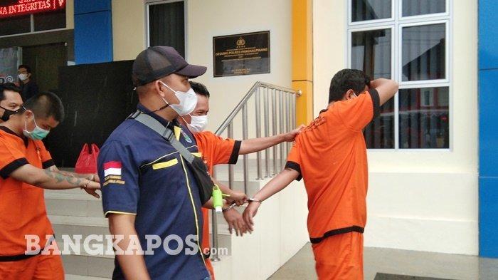 Para tersangka bandar, pengedar hingga kurir narkoba yang berhasil diamankan oleh Tim Kalong Satres Narkoba Polres Pangkalpinang saat digelandang ke sel tahanan Polres Pangkalpinang, Rabu (1/9/2021).