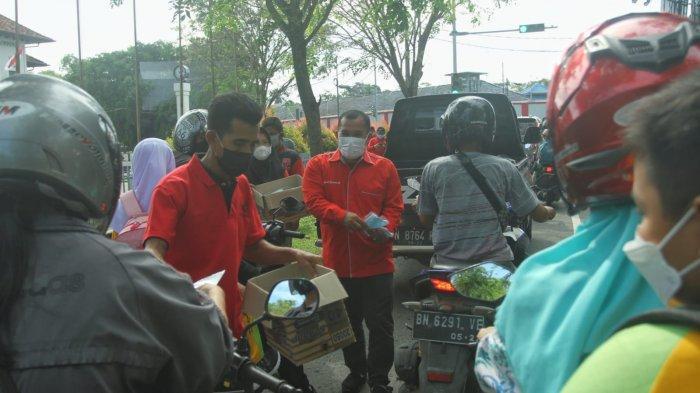 Gotong Royong Atasi Covid-19, PDI-Perjuangan Babar dan Rudi Center Bagi Ribuan Masker Gratis