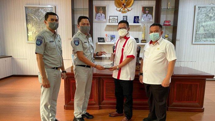 Kepala PT Jasa Raharja Cabang Kepulauan Bangka Belitung Hendriawanto melakukan Audiensi dengan Bupati Bangka Selatan H. Riza Herdavid, S.T., M.Tr.I.P. Rabu (8/9).
