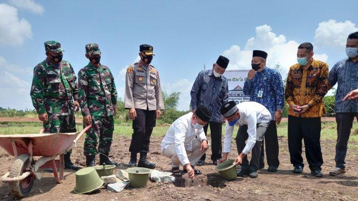 Peletakan batu pertama oleh Wali Kota Pangkalpinang, Maulan Aklil pembangunan masjid Baitur Rahman di Kelurahan Air Mawar, Kecamatan Bukit Intan, Kamis (9/9/2021)