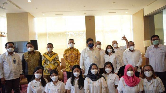 Menteri Koordinator Bidang Perekonomian Airlangga Hartarto meninjau secara langsung pelaksanaan vaksinasi untuk masyarakat umum dan anak usia 12- 17 tahun di Sekolah Sutomo I di Kota Medan, Kamis (9/09).