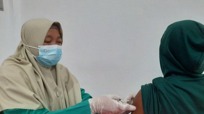 Masyarakat Antusias Ikut Vaksinasi Gratis di Kantor DPC PDI Perjuangan Bangka Tengah