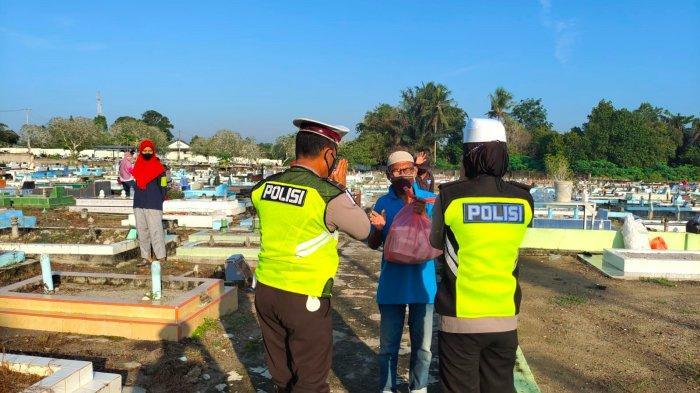 Polantas Polres Bangka Datangi Kuburan Sambil Bawa Nasi Kotak
