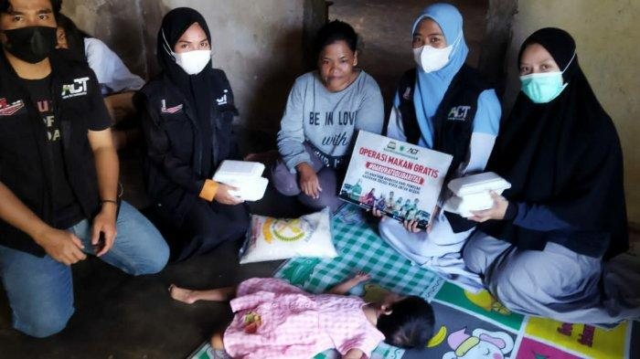 Para relawan Masyarakat Relawan Indonesia (MRI) Kabupaten Bangka melaksanakan Operasi Pangan Gratis kepada masyarakat kurang mampu di Desa Air Anyir Kecamatan Merawang Kabupaten Bangka.