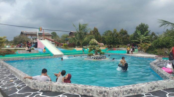 Kolam Renang di Taman Bunga Celosia Garden Ake Sungailiat. Tempat wisata yang berjarak sekitar 5-10 menit dari pusat kota Sungailiat, Bangka, taman bunga Celosia Garden Ake yang terletak di Kelurahan Sinar Baru.