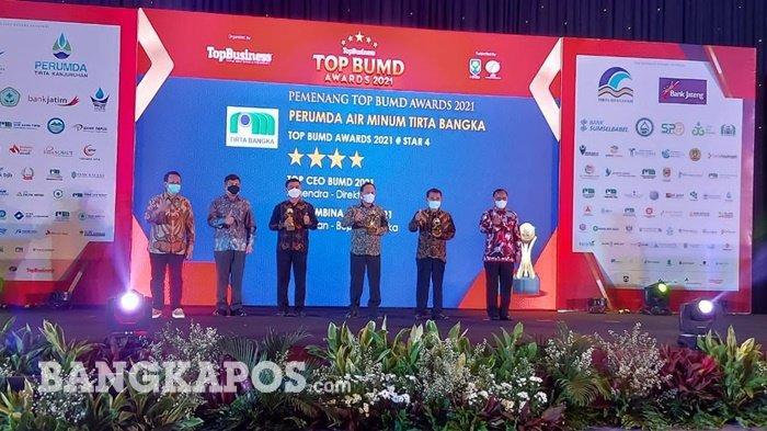 Direktur Perumda Air Minum Tirta Bangka saat menerima penghargaan TOP BUMD Awards 2021 di Hotel Raffles, Jakarta Pusat, Jum'at (11/9/2021) malam.