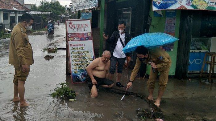 Gulung Celana, Riza Herdavid Cek Langsung Saluran Air yang Tersumbat di Jalan Damai Toboali