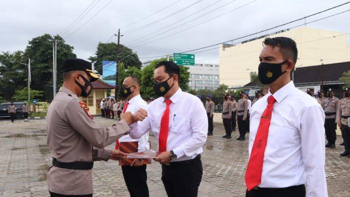 Wakapolres Pangkalpinang Kompol Teguh Setiawan memberikan piagam penghargaan dari Wali Kota Pangkalpinang ke Personel Satresnarkoba Polres Pangkalpinang, atas pengungkapan kasus narkoba, di halaman Polres Pangkalpinang, Senin (13/9/2021)