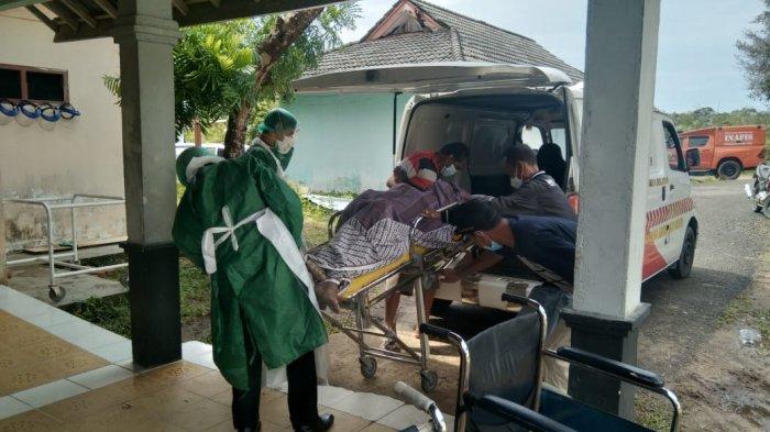 Evakuasi jasad Baharudin di RSUD Kabupaten Bangka Selatan yang ditemukan dalam keadaan sudah tidak bernyawa di RT 08 Kampung Padang pada Selasa (14/9/2021) pagi.