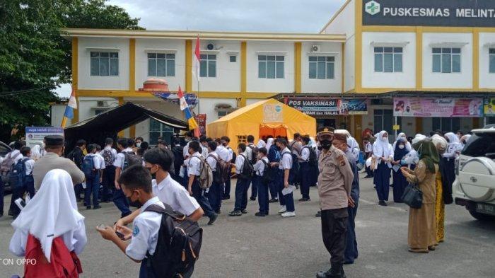 Polsek Bukitintan pantau dan amankan kegiatan penyaluran vaksinasi gratis di Sekolah SMP Negeri 1 Pangkalpinang, Selasa (14/9/2021) ist / Humas Polres Pangkalpinang